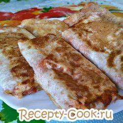 Пикантные блинчики с курятиной, овощами и сыром