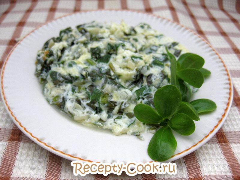 готовый омлет с зеленью портулака и сыром