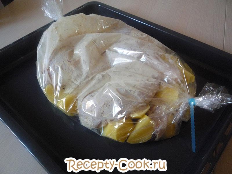 Курицу и картофель помещаем в рукав