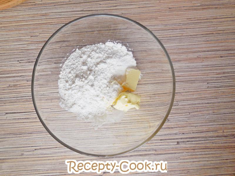 просеить муку для печенья с кокосовой стружкой