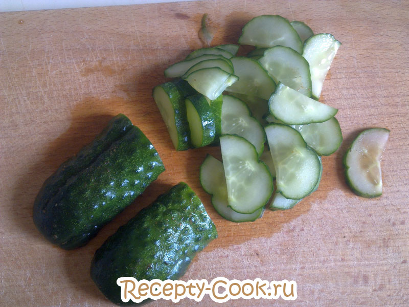 легкий летний салат с малосольными огурцами