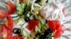 Летний салат с малосольными огурцами