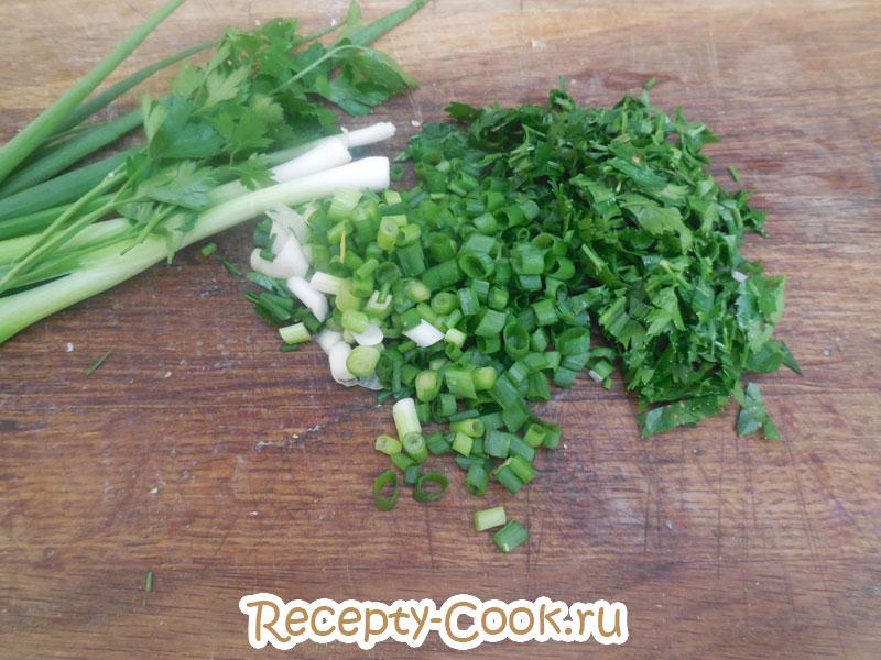 холодный суп окрошка с зеленью