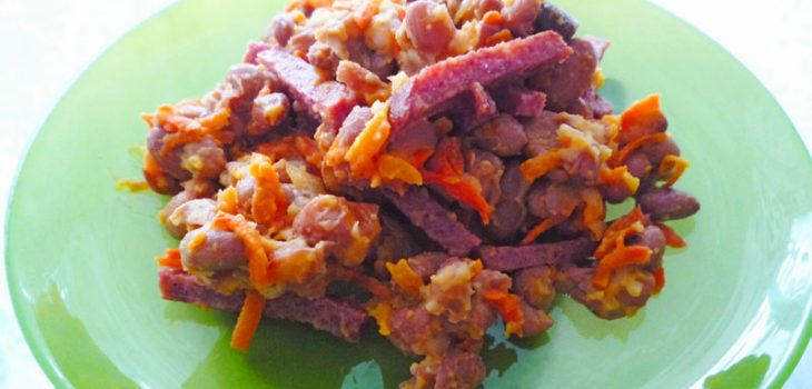 Салат с фасолью и колбаской
