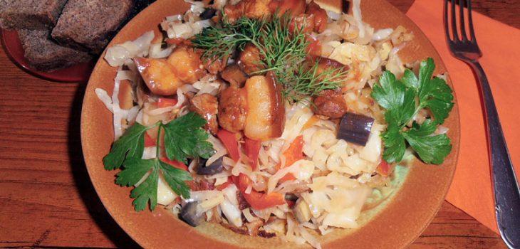 Капуста тушеная с корейкой и овощами