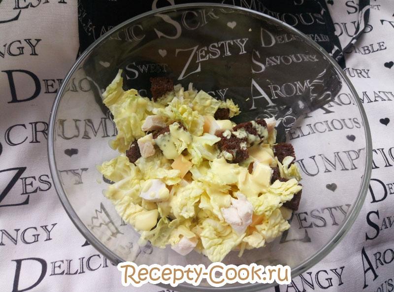 салат цезарь с курицей с домашними сухариками