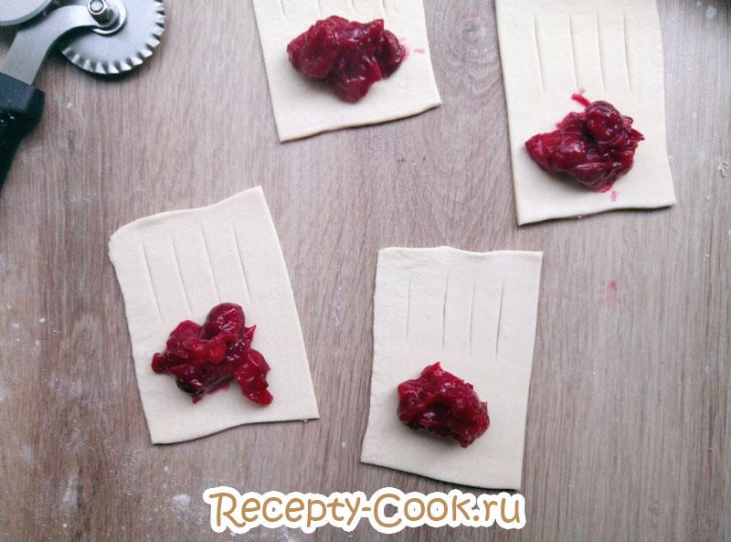 слойки с вишней из слоеного теста рецепт