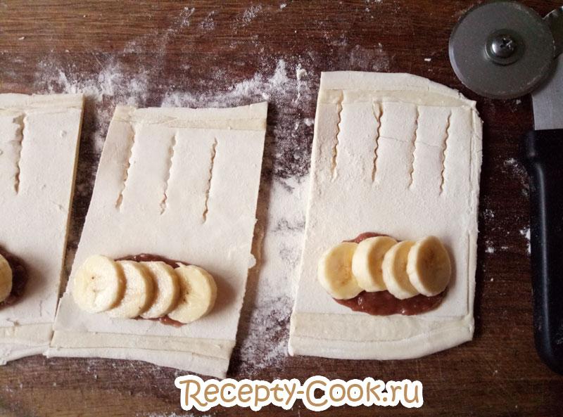 слойки слоеные с шоколадом и бананом